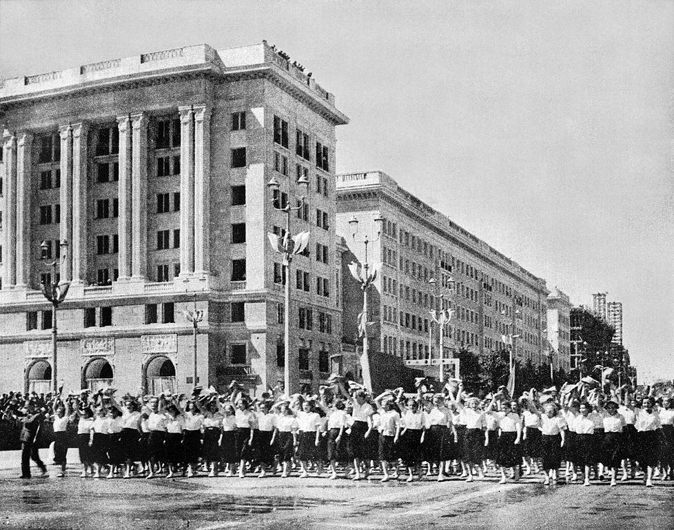 Défilé de la jeunesse sur la Place de la Constitution à Varsovie en 1952.