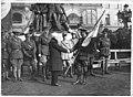 Poignée de main au Général Mathison, commandant la Garde canadienne, entrée la première à Maubeuge - Maubeuge - Médiathèque de l'architecture et du patrimoine - APTH002489.jpg
