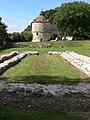 Port-Royal-des-Champs - ruines de l'abbatiale, pigeonnier.jpg