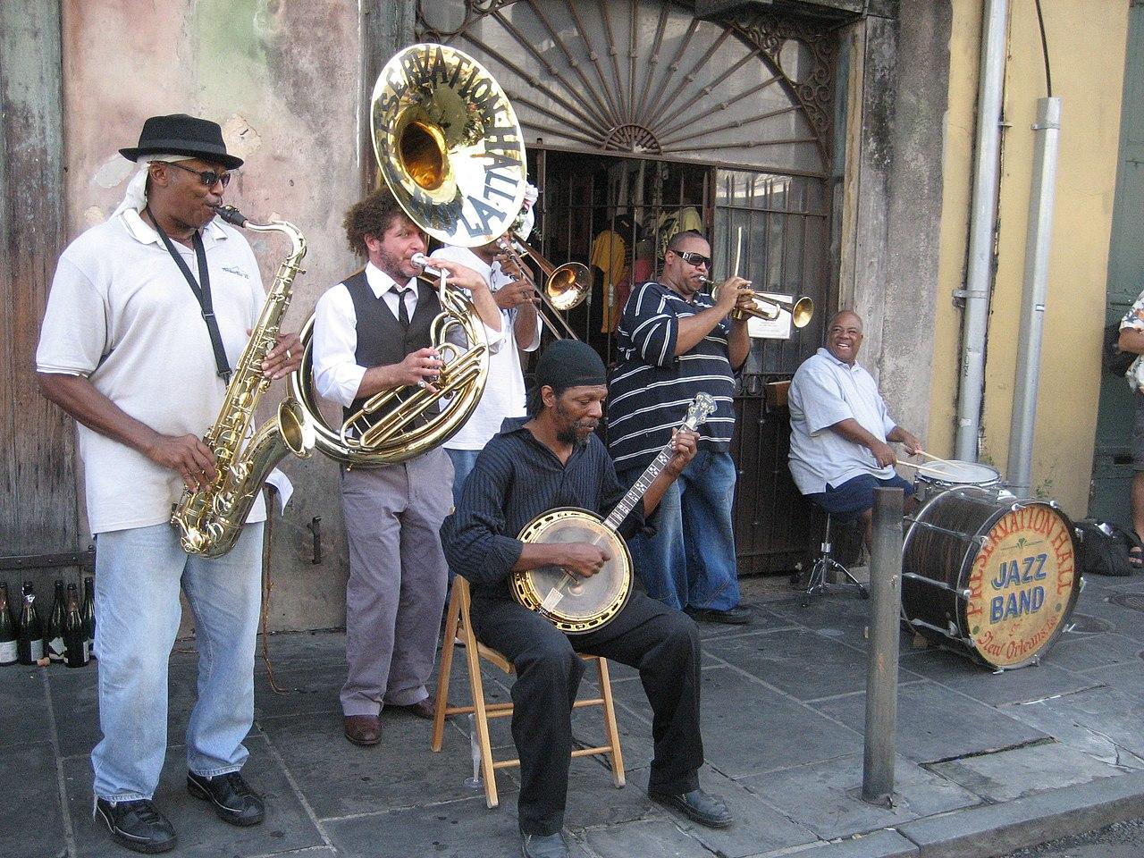 Een jazzband met verscheidene instrumenten in New Orleans