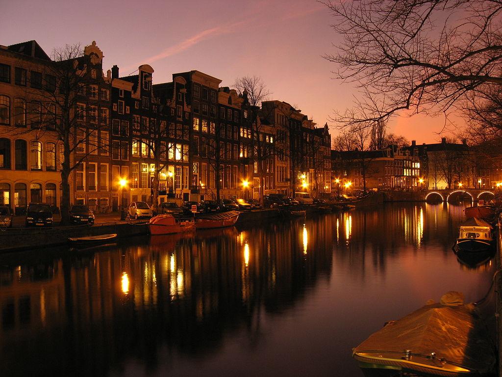 Quartier des canaux à Amsterdam, ici le Prisengracht en début de soirée. Photo de Aforaseem.