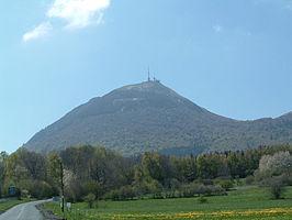 De Puy de Dôme met op de top een karakteristieke zendmast, opname mei 2004