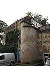 foto van Achterhuis, zichtbaar van de Kleine Spuistraat met op de hoek halfronde traptoren en achtergevel met drielichtsvenster