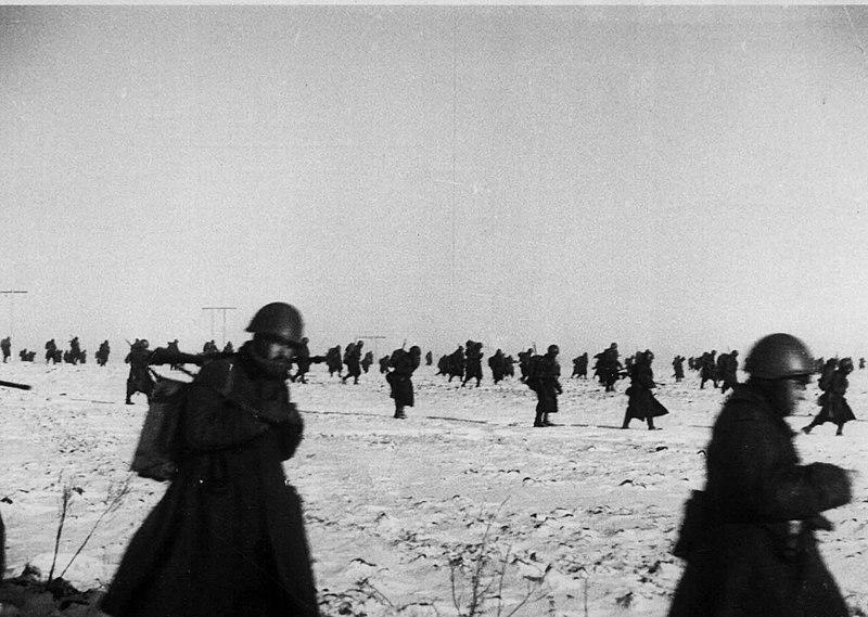 File:Reparto in avanzata in Russia verso nuove posizioni nell'inverno 1942.jpg