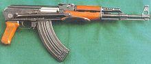 Un AK-47 (versione AKS-47 con calcio ripiegabile) un fucile d'assalto moderno con alimentazione a caricatore esterno rimovibile