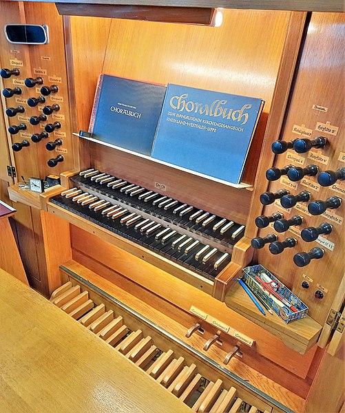 Datei:Saarbrücken-Burbach, Matthäuskirche (Ott-Orgel, Spieltisch) (2).jpg