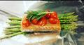 Salmón empapelado con espárragos, tomates y romero.png