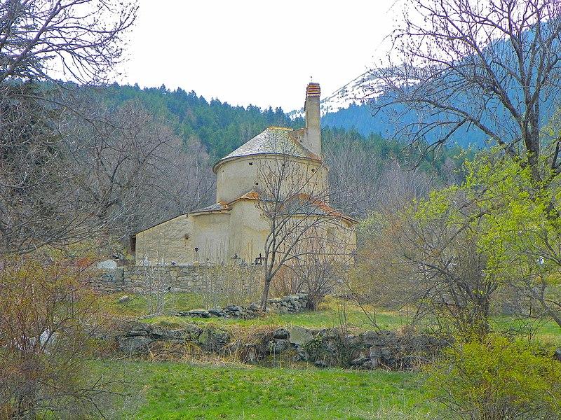 Santa Maria de Planès entre arbres (Alta Cerdanya)