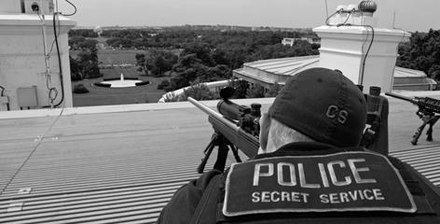 "A U.S. Secret Service ""counter-sniper"" marksman on top of the White House's roof, armed with a sniper rifle. Secret Service on White House roof.jpg"