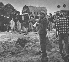 il regista Luchino Visconti sul set di Senso