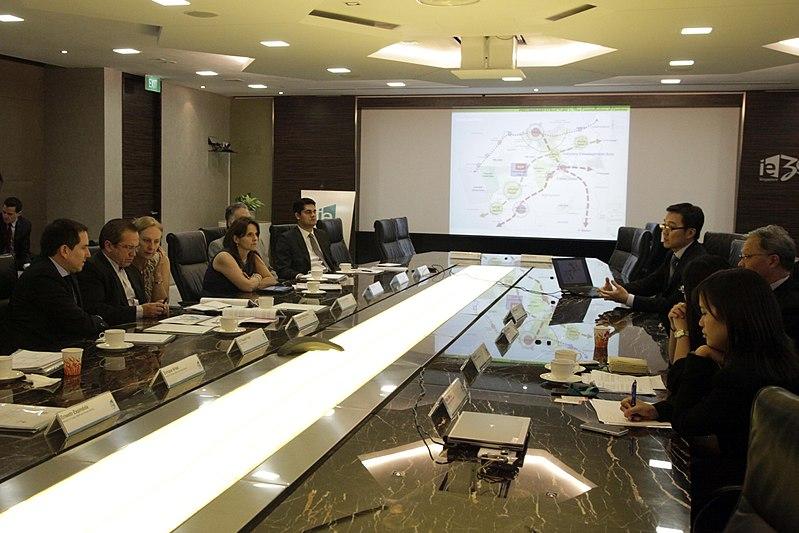 File:Singapur, reunión con el Presidente de Jurong Consultants (9150499565).jpg