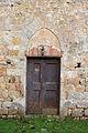 Sovicille, pieve di ponte allo spino, antico palazzo forse di soggiorno dei vescovi di siena 02 portale con arco senese.JPG