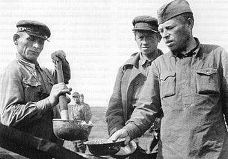 Soviet prisoners of war in Finland - Red Army Staff Lieutenant and Lieutenant in a soup line in Muujärvi camp near Rukajärvi road in the Muyezersky District.