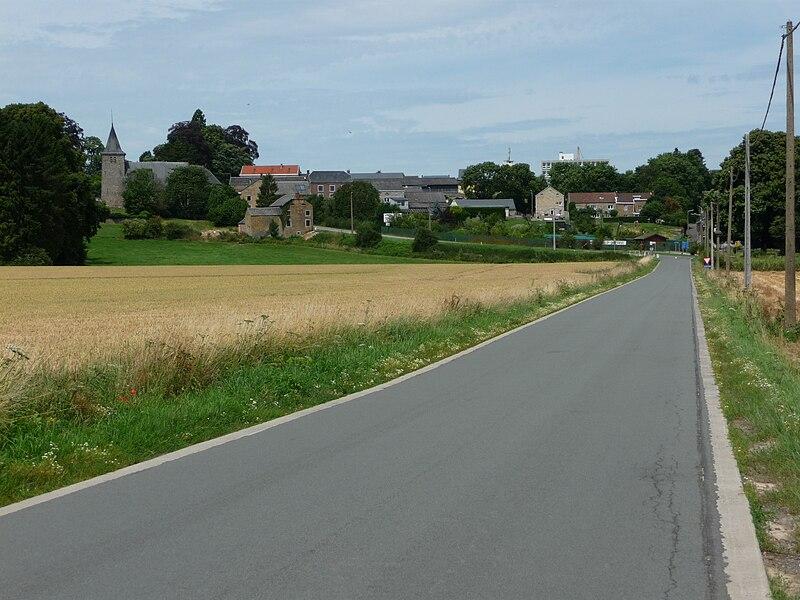 Strée-lez-Huy, Commune de Modave (Belgique). Le village et l'église Saint-Nicolas (XIIe siècle) vu depuis la rue Saint-Roch (ancienne voie romaine reliant Tongres à Arlon).