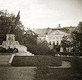 Szentháromság tér, Hősi emlékmű (Sidló Ferenc, 1930.), háttérben az Érseki palota. Fortepan 83801.jpg
