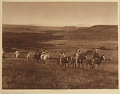 EDWARD SHERIFF CURTIS LE PHOTOGRAPHE DES AMÉRINDIENS 240px-The_Land_of_the_Atsina%2C_1908