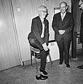 Tinbergen heeft een schoen uit gedaan, Bestanddeelnr 926-8748.jpg