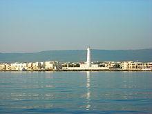 Vista di Torre Canne dal mare: sullo sfondo si può notare la brusca elevazione delle Murge sul versante adriatico