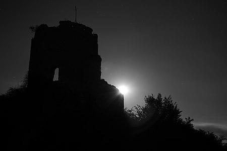 Tour maîtresse du château de Château-sur-Epte – de nuit (3).jpg