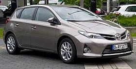 Toyota Auris 2.0 D-4D Executive (II) – Frontansicht, 1. Juni 2013, Düsseldorf (cropped).jpg