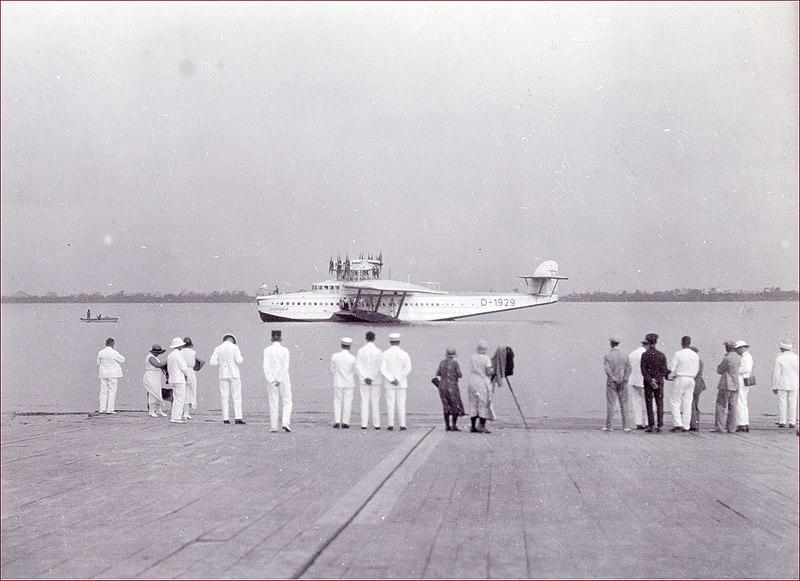 File:Tropenmuseum Royal Tropical Institute Objectnumber 60034485 Aankomst van een watervliegtuig op de.jpg