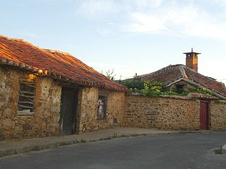 Maragatería - Characteristic Maragato stone houses in Valdespino de Somoza.