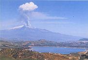 veduta lago pozzillo e regalbuto e vulcano etna