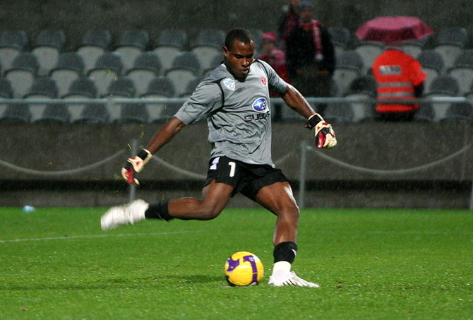 English: A picture of Hapoel's Vincent Enyeama...