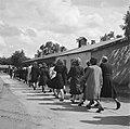 Vrouwen marcheren naar appelplaats, Bestanddeelnr 900-4804.jpg