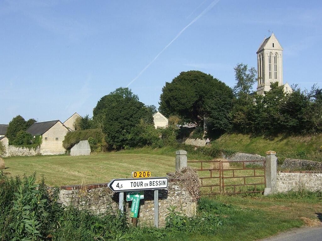 La ferme de la Marguerie et l'église Saint-Romain.