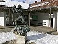 Wolpertswende Rathausplatz Brunnen Gangolf.jpg