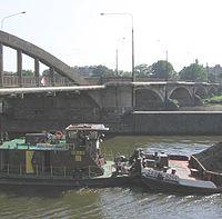 Mosty Warszawskie, widok w stron� centrum, i transport w�gla barkami po Odrze