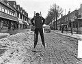 Zandvoort meisje op stelten in de sneeuw, Bestanddeelnr 907-5342.jpg