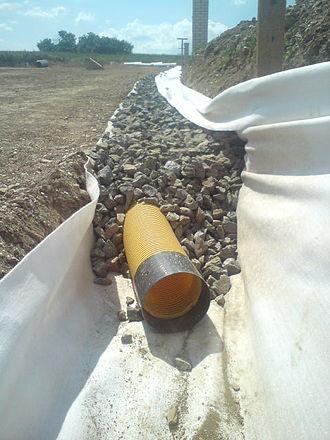 French drain - Image: Zasypaná drenážová hadice