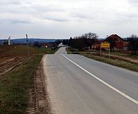 Zbjeg (ulaz u selo).jpg