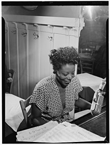 Portrait de Mary Lou Williams au piano, vers 1946.