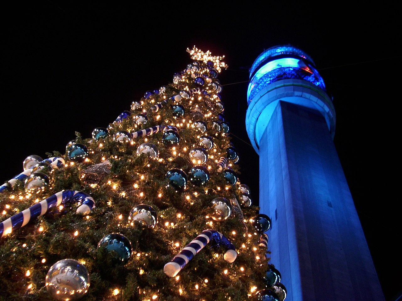 File:Árbol Navidad Torre Entel Chile.jpg - Wikimedia Commons