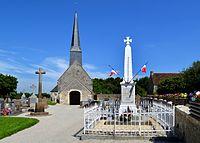 Église Saint-Pierre de Tanques et monument aux morts.jpg