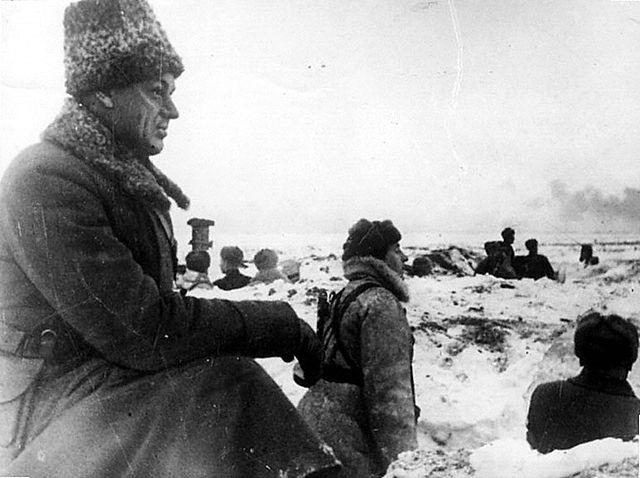 Командующий войсками Донского фронта К.К.Рокоссовский на боевой позиции в районе Сталинграда. 1942 год