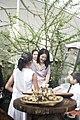 นางพิมพ์เพ็ญ เวชชาชีวะ ภริยา นายกรัฐมนตรี ณ Singapore Botanic Gardens - Jacob B - Flickr - Abhisit Vejjajiva (22).jpg