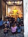 ผู้คนกราบไหว้หลวงพ่อนิลมณี People pay respect to Luang Po Ninmanee.jpg