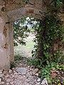 057 Casa en ruïnes vora l'església de Marmellar, porta.JPG