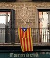 093 La Caixa antiga (Arbúcies), amb estelada al balcó.jpg