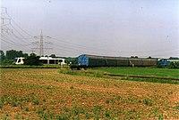 2001-06-05 Di N19035 RTB-V-Lok-m-3Ta-u-Sleer-v-Gla-FZJ-laesst-RVT-n-DN-vorbei oFWH 600dpi.jpg