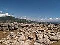 Acropoli di Alatri, pietre sparse ... una volta un tempio - panoramio.jpg