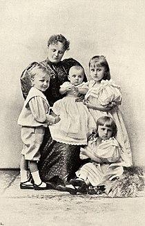 Adelajda Sachsen-Meiningen z dziećmi.jpg