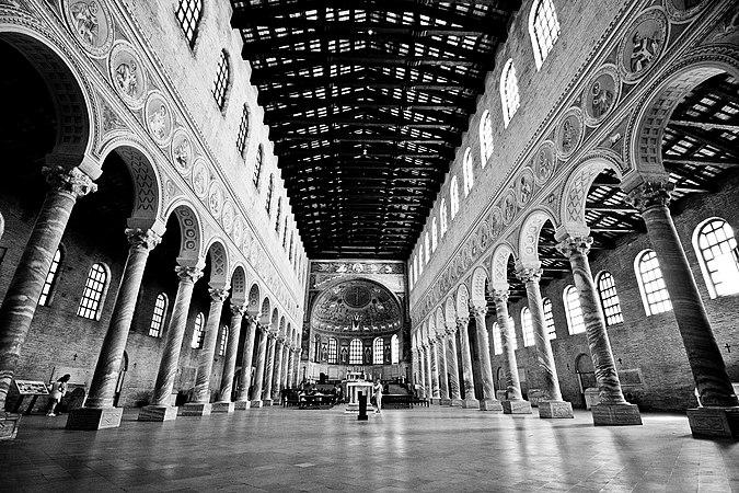 Al centro della navata.jpg