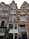 foto van Zeer smal huis met gevel, versierd in de trant met grote boogblokken onder klokvormige top