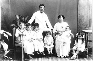 Aristides de Sousa Mendes - Aristides and Angelina de Sousa Mendes with their first six children, 1917