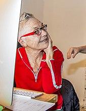 Женщина, смотрящая вправо, в красной рубашке